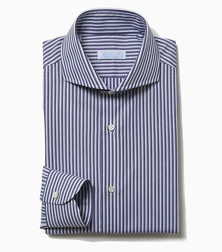 <b>7.ジャンパオロのストライプシャツ</b><br />ラ ガゼッタ1987でロングセラーを誇るイタリアのシャツブランド。こちらは同店別注仕様で、背ダーツをなくしてゆったりとしたボディに仕上げているのがポイントだ。サラリとした肌触りの平織りコットン素材で、白地にブルーとブラウンの2色のストライプが重なって走る爽やかな柄がビジネスシーンで好印象。2万4000円(ラ ガゼッタ 1987 青山店)