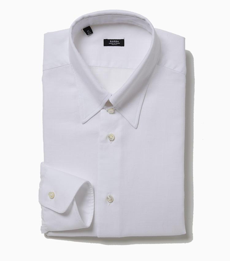 <b>8.バルバのタブカラーシャツ</b><br />ナポリの大人気シャツブランドからセレクト。ベーシックな白無地だが素材はヘリンボーン織りで、柔らかなタッチのコットンを採用。王道に見えてよく見るとヒネリのある玄人好みの一着だ。襟は襟羽根が長めのタブカラー。首元をキリッと引き締めつつ、独特の優雅な印象も演出できる。厚めの貝ボタンがナポリらしい。3万1000円(ラ ガゼッタ 1987 青山店)
