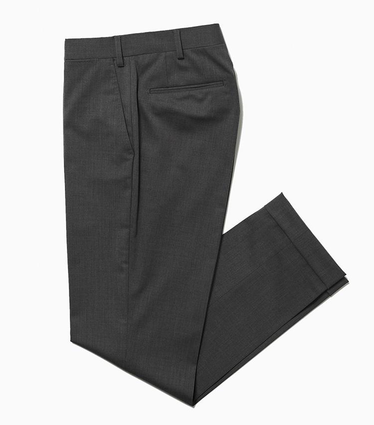 <b>15.サンタニエッロのウールパンツ</b><br />どんな色のトップスにも合わせやすいミディアムグレーのドレスパンツ。ウールにポリエステル、ポリウレタンがミックスされ、耐シワ性とストレッチ性を備えている。ノープリーツでシルエットは細身。クセのないルックスが着回しに最適だ。ちなみにサンタニエッロはジャケットだけでなくパンツも自社工場にて生産。そのためクオリティにも定評がある。2万4000円(ラ ガゼッタ 1987 青山店)