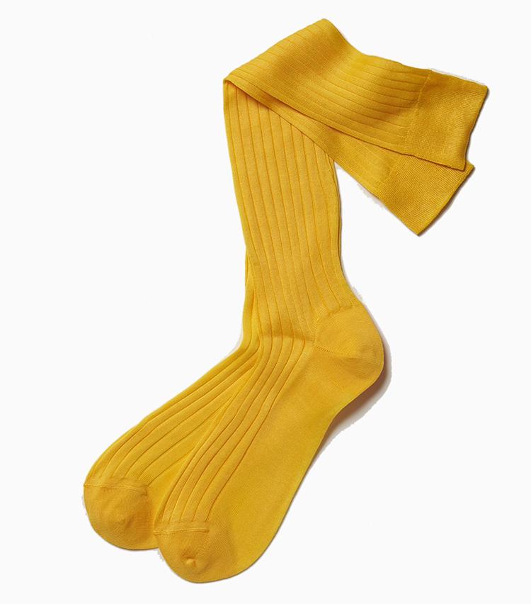 <b>19アルトのイエローホーズ</b><br />一見難しそうなビビッドイエローの靴下だが、ブラウン系の淡い色と非常に相性がよく、ボンヤリしがちな茶系コーデをピリッと引き締めてくれる。足元のスパイスとして持っておくと、意外と重宝するアイテムだ。2300円(ラ ガゼッタ 1987 青山店)