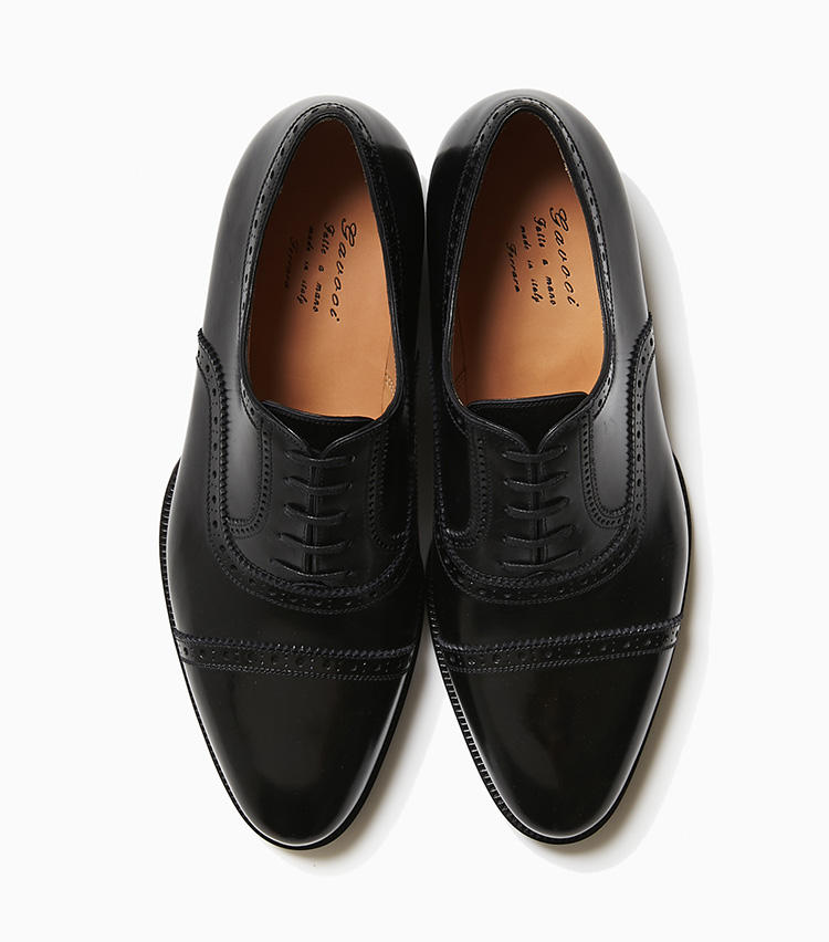<b>21.カヴォチ 1969のクオーターブローグ</b><br />セミブローグからトウのメダリオンを省いたクオーターブローグは、かしこまりすぎずくだけすぎないバランスで汎用性の高いデザイン。ガヴォチ 1969はイタリア・フェラーラに構える靴ブランドで、9分仕立てと呼ばれるビスポークに近い製法で仕立てられている。横幅が張り出しぎみながらトウ先を絞った独特のシェイプは英国靴にはない趣だ。13万円(ラ ガゼッタ 1987 青山店)