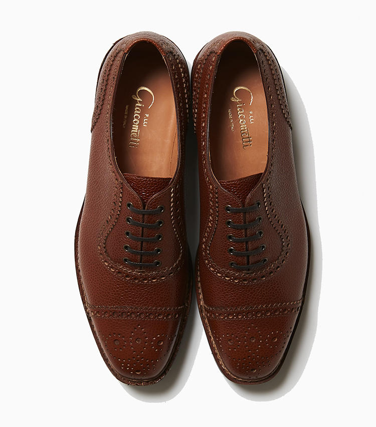 <b>22.フラテッリ ジャコメッティのセミブローグ</b><br />シェイプは細身のスクエアトウながら、登山靴に用いられるノルヴェジェーセ製法で仕立てられた個性派。素材はカントリーなグレインレザーで、エレガントなラストシェイプとのギャップが面白い。アウトソールはビブラム社の「タンクソール」と呼ばれる凹凸のあるラバー。11万3000円(ラ ガゼッタ 1987 青山店)