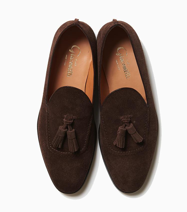 <b>23.フラテッリ ジャコメッティのタッセルローファー</b><br />プレーントウにつまみ縫いを施してU字のモカを象ったアッパーや、ヒールの継ぎ目を拝み縫いにした縫製など、独創的なデザインが光る一足。もはや通年定番と化したタッセルローファーだが、こんな一足なら周りと差をつけられる。ライニングを袋状に縫い合わせるボロネーゼ製法を採用しており、足を包み込むような履き心地も特徴だ。9万円(ラ ガゼッタ 1987 青山店)