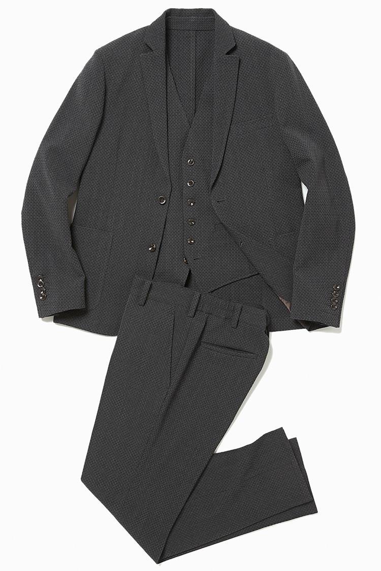 <b>1.デザインワークスのグレーセットアップのジャケット</b><br />ジャケット、ベスト、パンツは、セットでも単体でも着用可能。生地は締め付けのないストレッチ。立体的な織りのサッカー地なので、グレースーツでも地味見えしない。ジャケット4万5000円(デザインワークス)