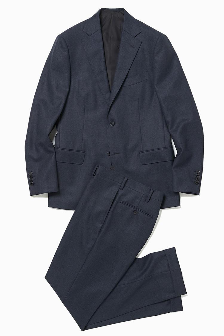 <b>2.デザインワークスの紺無地スーツ</b><br />ときに勝負服にもなるネイビースーツ。イタリアの名門、VBC社(ヴィタルバルベリス カノニコ社)の生地使いなら、かしこまった場面でも十分通用する。9万8000円(デザインワークス)