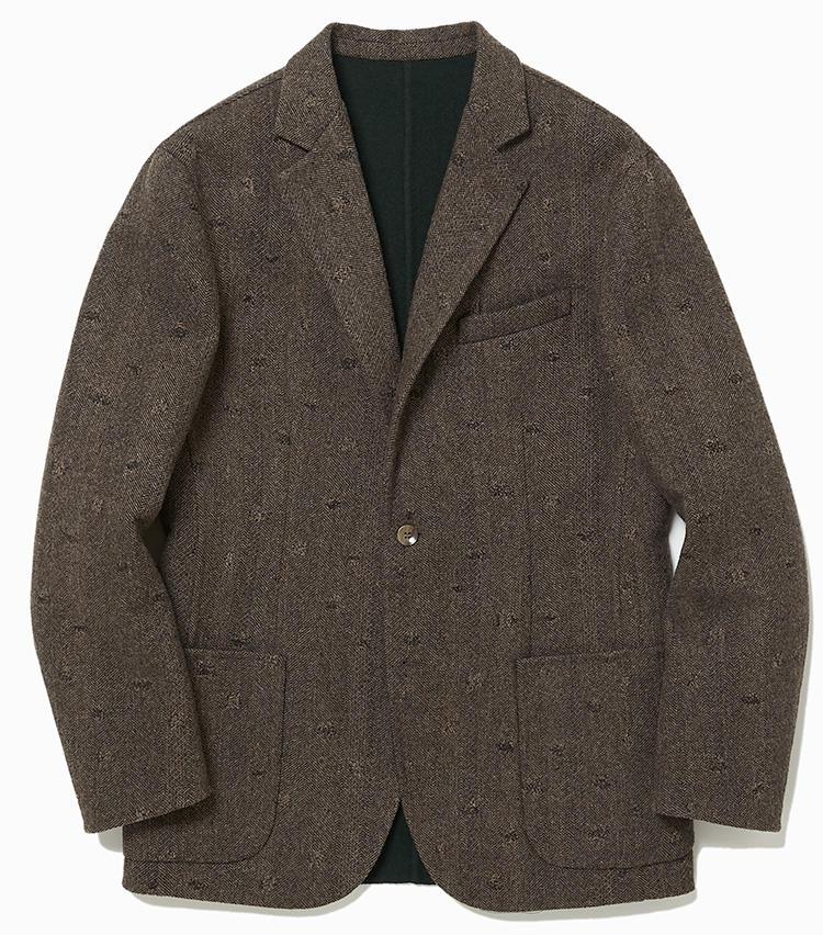 """<b>4.デザインワークスの茶のヘリンボーンジャケット</b><br />2枚の生地を1枚に縫い合わせる""""毛抜き合わせ""""で仕立てたヘリンボーンジャケット。のびのび着られる軽やかな着用感は、こなれたコーディネートにも見せてくれる。15万円(デザインワークス)"""