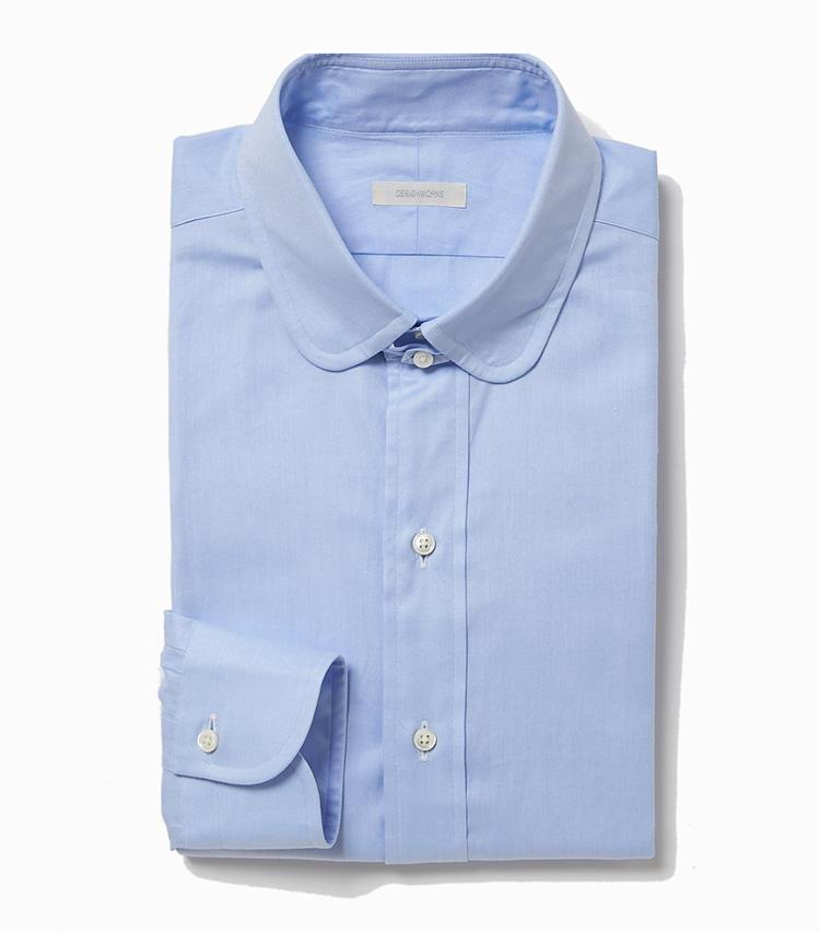 <b>6.デザインワークスのサックスブルーのタブカラーシャツ</b><br />ネクタイの結び目を固定する小さなツマミが付属したタブカラーシャツは、コーディネートのアクセントになる。ラウンドカラーも旬。1万9000円(デザインワークス)