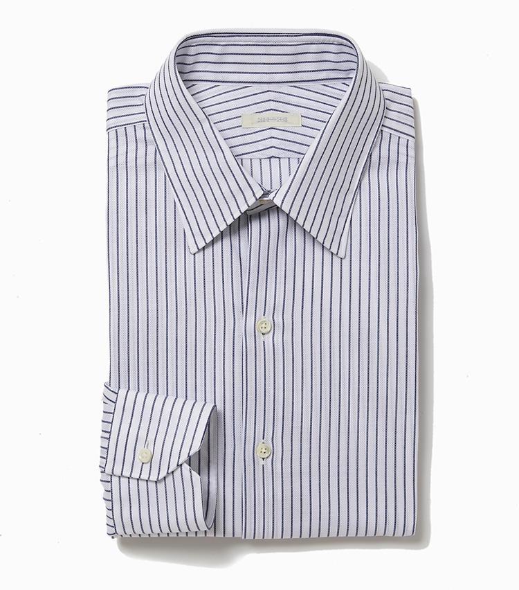 <b>7.デザインワークスの紺ストライプシャツ</b><br />清涼感のあるカラミ織りのメッシュ生地で仕立てた、定番のセミワイドカラーシャツ。通気性に優れたこんなシャツなら、意外に汗を掻く冬場も快適だ。1万8000円(デザインワークス)