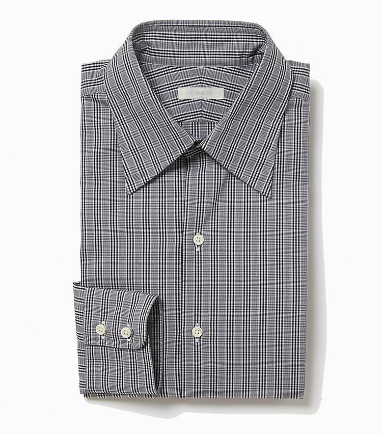 <b>9.デザインワークスの黒チェックシャツ</b><br />チェックシャツをオフィスで着るなら、こんなモノトーンの小柄チェックを選ぼう。控えめな柄行きは、カジュアル過ぎて見えることはない。1万8000円(デザインワークス)