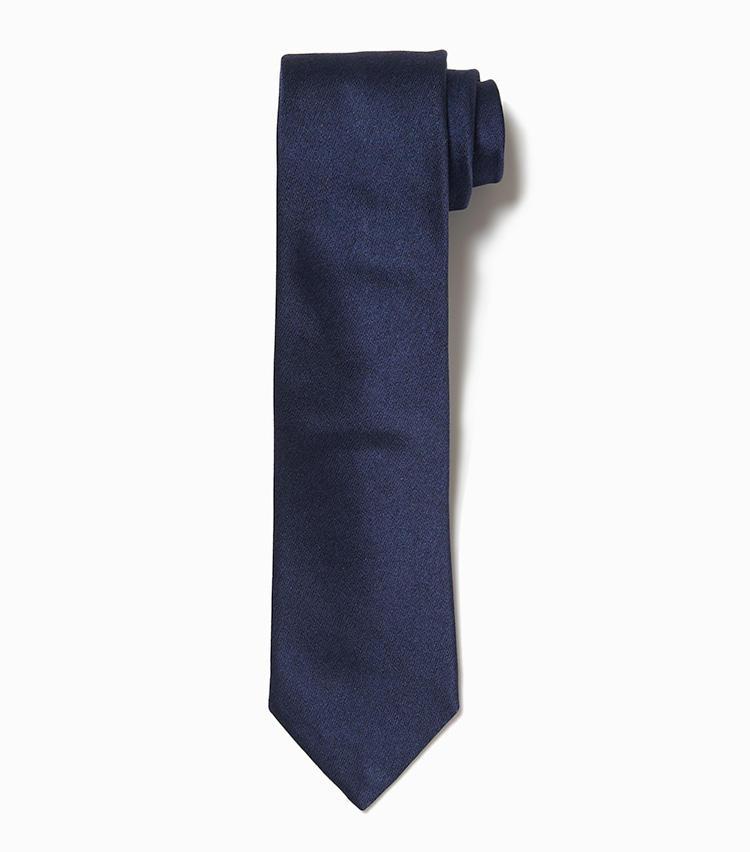 <b>10.デザインワークスの紺ネクタイ</b><br />定番の紺無地ネクタイは質感にこだわりたい。自然な光沢を湛えたしなやかなシルクネクタイは、例え周囲とかぶったとしてもしっかり差が付く。1万3000円(デザインワークス)