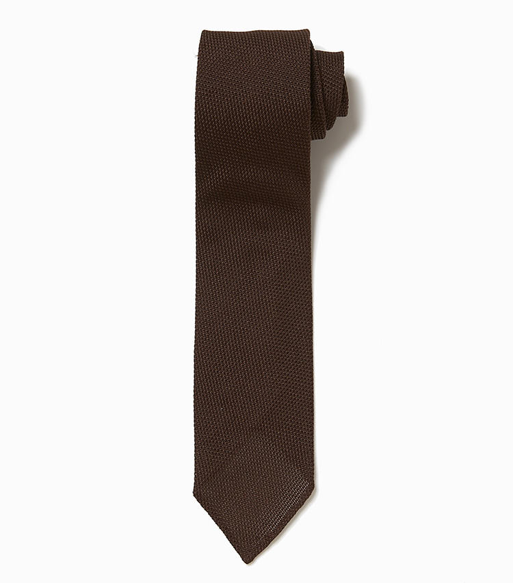 <b>11.デザインワークスの茶のニットネクタイ</b><br />ふわりと軽やかなシルクのニットネクタイは、襟元にスカーフのような抜け感をもたらしてくれる。重たくなりがちな冬の着こなしに、こんな軽さは必要。1万2000円(デザインワークス