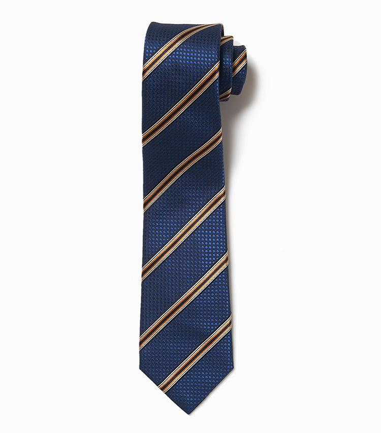 <b>14.アトリエ F&Bの紺ストライプネクタイ</b><br />角度によって艶めきが変わる凝った織り地が、シンプルながらも質の高さを窺わせるネクタイ。派手さを抑えたストライプもTPOを問わない。1万4000円(デザインワークス)