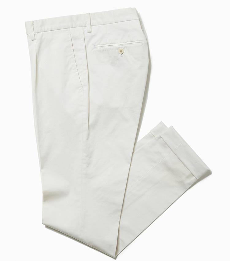 <b>16.デザインワークスの白のコットンパンツ</b><br />柔らかいエジプト綿に、ストレッチを利かせたストレスフリーなパンツ。少し厚手の生地による冬仕様の白パンなので、寒々しく見えることはない。2万1000円(デザインワークス)
