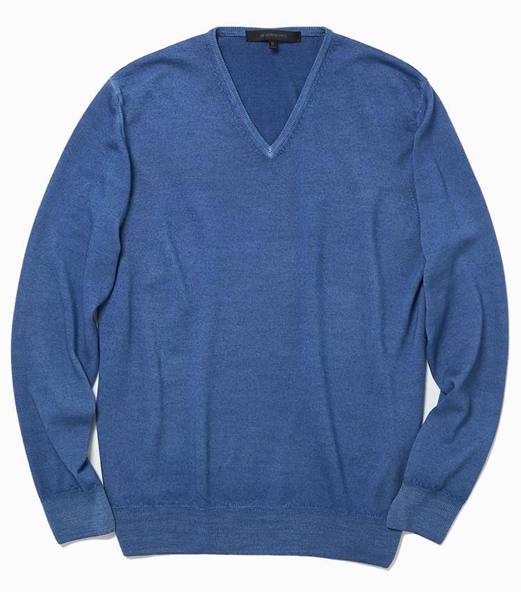 <b>18.デザインワークスのブルーのVネックニット</b><br />日本独自のスノー加工で染めたニットは、かすれたようなニュアンス溢れるブルーが着こなしを面白くしてくれる。ネック部分は程良い深さなので、休日に一枚でも着ることができる。2万2000円(デザインワークス)