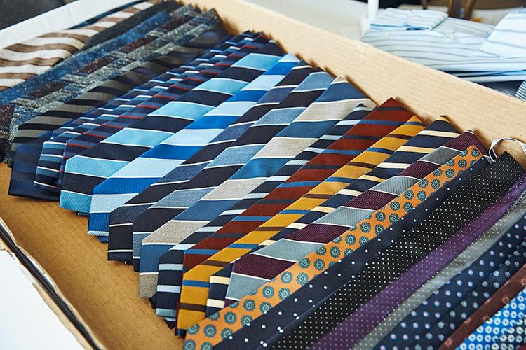 <strong>華やぎのある色柄が印象的</strong><br />秋冬シーズンながら華やかな色使いの柄ネクタイを豊富にラインナップしているのが印象的。着こなしが地味になりがちな今の時期、アクセントとして活躍すること請け合いだ。