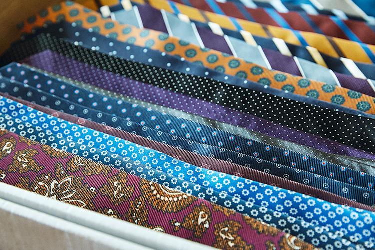 <strong>プリントタイにも注目</strong><br />今季のエリコ フォルミコラはプリント生地を使用したネクタイがいつも以上に充実している。織り柄よりも発色・肌触りともに柔らかい印象になるため、装いを軽快にまとめたいときに重宝。