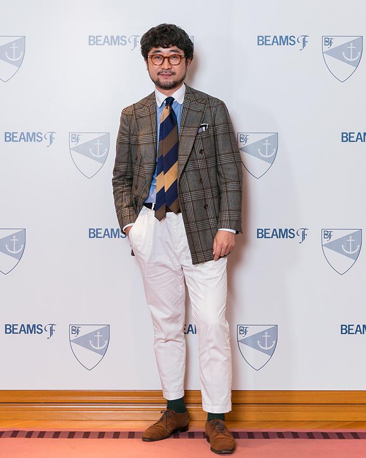 <strong>メンズドレス部 Eコマース担当・長友隆幸</strong>さん<br />ダブルのチェックジャケットをあえてボタンを外して羽織り、程よくリラックスして着こなした長友さん。やや短めに上げたパンツの裾から覗くグリーンのソックスもアクセント。