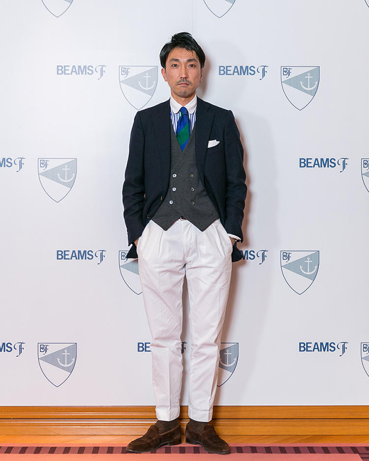 <strong>ビームスFスタッフ 小沢裕介</strong>さん<br />「段落ち」と呼ばれる太幅ストライプのネクタイをポイントにした装い。パンツは腰回りにゆとりのあるシルエットを選び、今どきな雰囲気を演出している。