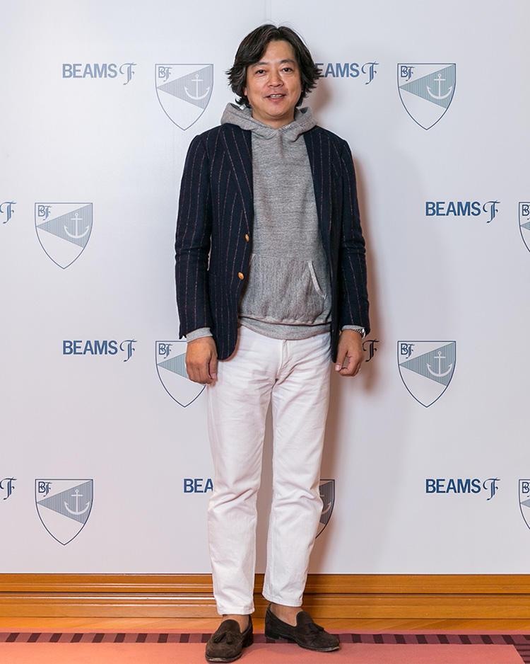 <strong>ブリッラ ペル イル グスト ディレクター・無藤和彦さん</strong><br />ワイドピッチのストライプジャケットに、あえてパーカを合わせてドレスダウン。パンツもホワイトをチョイスして、軽快な印象にまとめている。