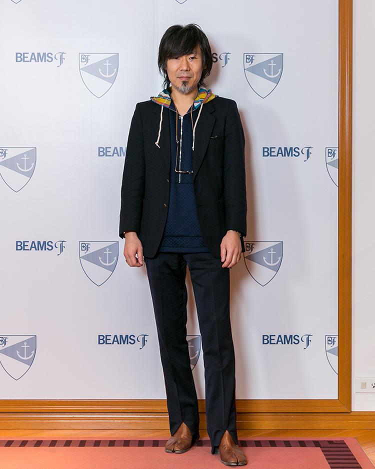 <strong> インターナショナルギャラリー ビームス メンズディレクター・服部 隆さん</strong><br />モードブランドも扱うインターナショナルギャラリー ビームスの担当だけあり、エッジの効いたアイテム選びが刺激的。足袋のようにトウが分かれたブーツはメゾン マルジェラのもの。