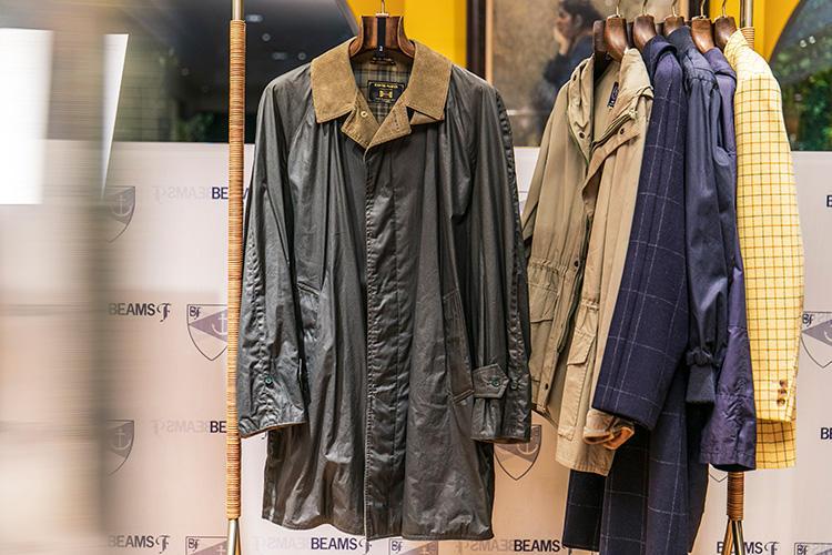 <strong>DAVID MARSH(デヴィッド マーシュ)のコート</strong><br />'80年代から'90年代にマッキントッシュと並ぶ英国コートメーカーとして知られていたブランドで、「ドライワックス」と呼ばれるワックスコットン風の生地を採用した一着。