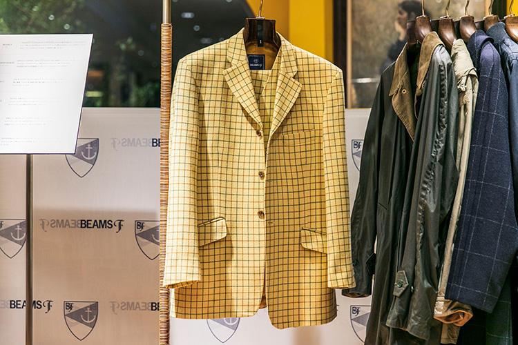<strong>BEAMS F(ビームスF)の3ピーススーツ</strong><br />イギリスの名ファクトリーで作った'90年代のオリジナルスーツ。2つ掛けの3ボタン、スラントポケット、パンツはインプリーツのサイドアジャスターと英国色の濃い仕立て。