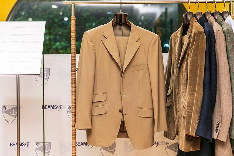 <strong>BEAMS F(ビームスF)のベージュスーツ</strong><br />'90年代中〜後期のリングヂャケット製で、フレンチ風のフィッシュマウスラペルが特徴的。ビームスFは40年の中で色々な国のクラシックを扱ってきたが、その歴史を物語る一着だ。