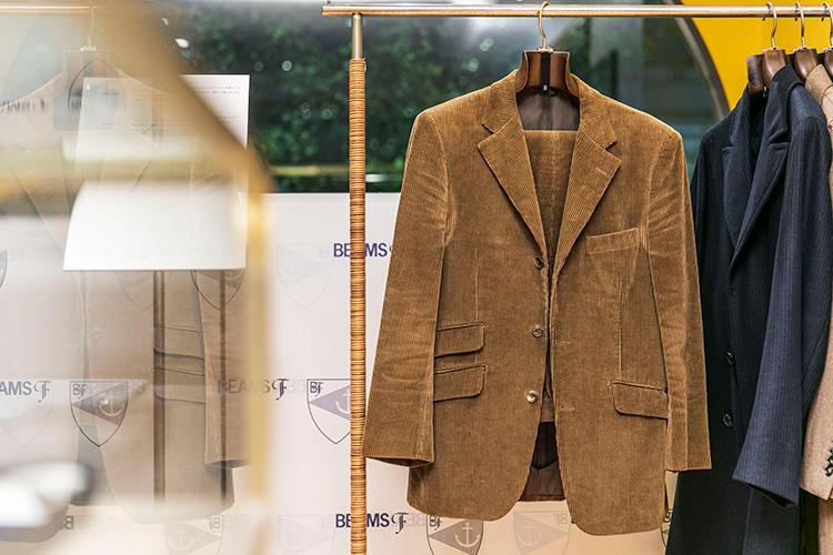<strong>BEAMS F(ビームスF)のコーデュロイスーツ</strong><br />こちらもリングヂャケット製。'90年代中盤の英国→イタリア移行期に発売されたもので、身頃内側のお台場仕立てなどイタリア的な技法を取り入れはじめたころの一着。生地は英国ブリスベン モス製。