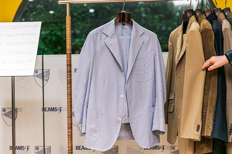 <strong>Y.AKAMINE(Y.アカミネ)のコードレーンスーツ</strong><br />赤峰幸生氏がかつて展開していたブランドで、こちらは'90年代後半のもの。イタリアのアーカイブをアップデートして作られた一着だ。パンツはノープリーツだが、フロントにダーツが入っているのが特徴。