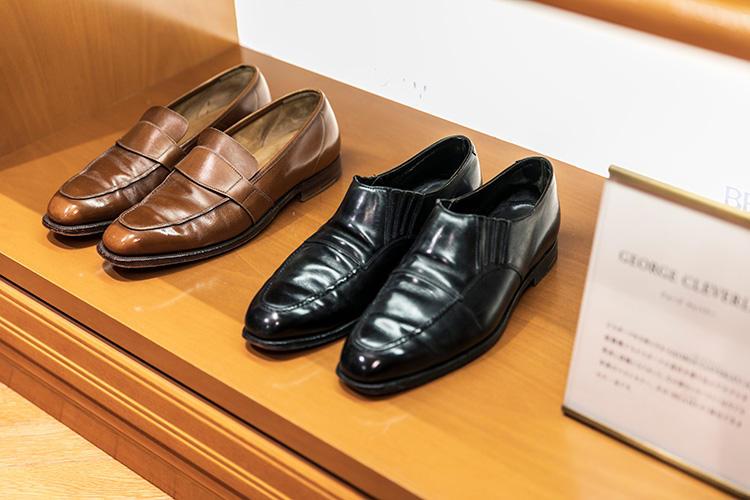 <strong>GEORGE CLEVERLEY(ジョージ クレバリー)のスリッポン</strong><br />ビスポークを主体とするジョージ クレバリーは、既製靴でもビスポークの意匠を盛り込んだモデルを発表し話題に。左の窓なしローファーは今でも本国のベストセラー。右はビームスF別注で誕生。