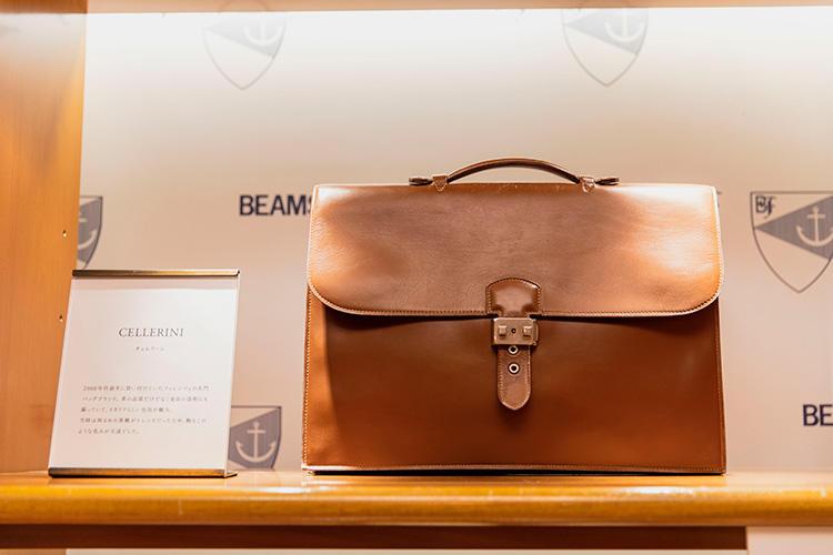 <strong>CELLERINI(チェレリーニ)のブリーフケース</strong><br />2000年代前半に買い付けていたフィレンツェの名門ブランド。革の品質だけでなく金具の造形にも凝っていて、イタリアらしい色気が魅力。当時は明るめの茶靴がトレンドだったため、鞄もこのような色みが主流だった。