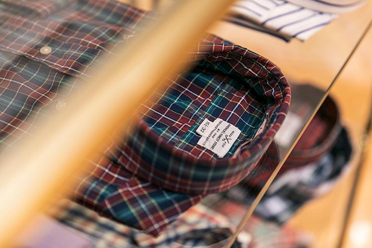 <strong>TROY SHIRT MAKERS GUILD(トロイ シャツ メーカーズ ギルド)のチェックシャツ</strong><br />こちらはアメリカのシャツファクトリー。アメトラの名門ブランドにもシャツを供給していた実力派だ。