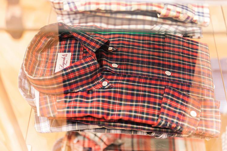 <strong>LAGONDA(ラゴンダ)のチェックシャツ</strong><br />'90年代にBEAMSエクスクルーシブで展開していた、パリのショップ「ラゴンダ」のオリジナルシャツ。センターボックスプリーツが備わり、フランス製でありながらアメリカ的な表情も備えている。