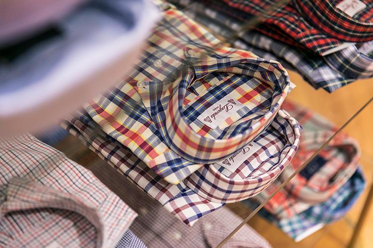<strong>LAGONDA(ラゴンダ)のチェックシャツ</strong><br />こちらもラゴンダのもの。赤、青、白のトリコロールチェックがフランスらしい。