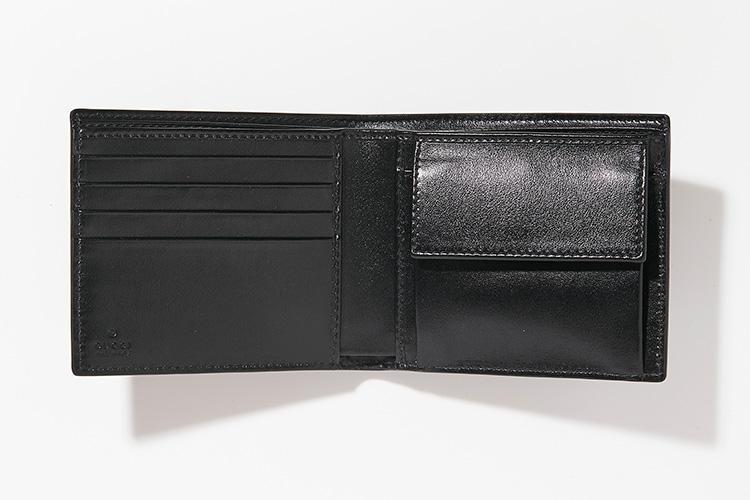<strong>GUCCI</strong><br />内側にはカードスロットを4箇所、フラップ付きのコインポケットを装備。「贈る際にはイニシャルの刻印を入れたいですね。中5日ほどかかるのでお早目に」(ヒラサワ)。