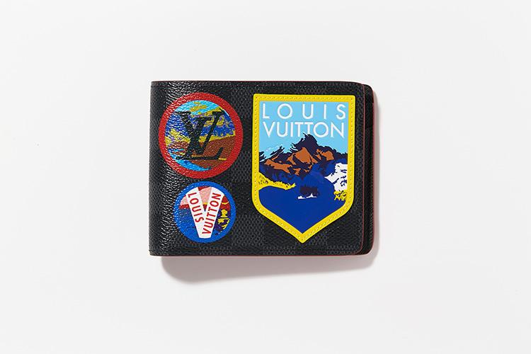 <strong>LOUIS VUITTON</strong><br />ダミエ・グラフィット キャンバスに、レトロなアルプスのイラストパッチを施したカプセルコレクション。縦9×横11.5cm。6万2000円/ルイ・ヴィトン(ルイ・ヴィトン クライアントサービス)
