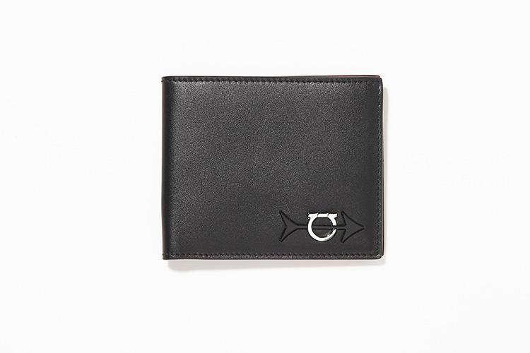 <strong>SALVATORE FERRAGAMO</strong><br />ブランド名ではなくアイコンデザインの「ガンチーニ」をあしらった2つ折り財布。美しい艶のあるカーフを使用。縦9×横11cm。5万5000円/サルヴァトーレ フェラガモ(フェラガモ・ジャパン)