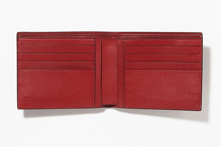 <strong>SALVATORE FERRAGAMO</strong><br />カードスロットは8箇所と大容量。「真っ黒な表面からは想像つかないほど内装は情熱的な赤。お財布を開けたときにこんな意外性に、ハッとします」(ヒラサワ)。