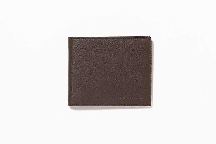 <strong>BRUNELLO CUCINELLI</strong><br />手馴染みの良い上質なカーフを使った2つ折り財布。表面には、エンボスでさりげなくブランド名が入っているがほとんど無地でそれを感じさせない。ジャケットの内ポケットが膨らまないほど薄手で軽量だ。縦9cm×横11cm。5万7000円/ブルネロ クチネリ(ブルネロ クチネリ ジャパン)