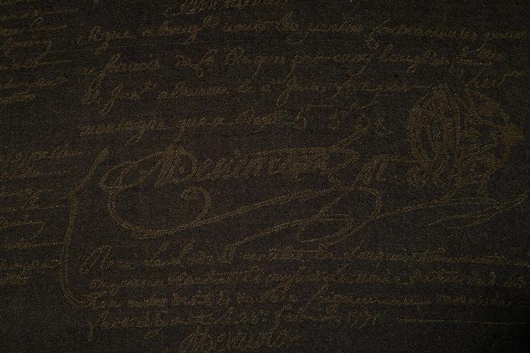 <strong>BERLUTTI</strong><br />ベルルッティのアイコン柄である「カリグラフィー」は、手書きフランス語の美しい文字をモチーフにしたもの。「あえてトーンを合わせた遠目無地なところが素敵ですね」(ヒラサワ)。
