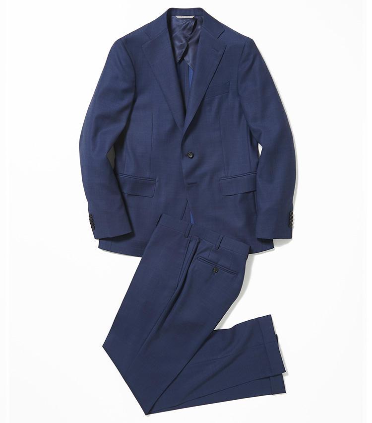 <b>2. カナーリのインクブルースーツ</b><br />ネイビーよりも明るいインクブルーのスーツは、ミドルエイジの顔色を明るく見せてくれる救世主。仕立ての良さも役職に見合った貫禄を発揮できる。25万8000円(バーニーズ ニューヨーク カスタマーセンター)
