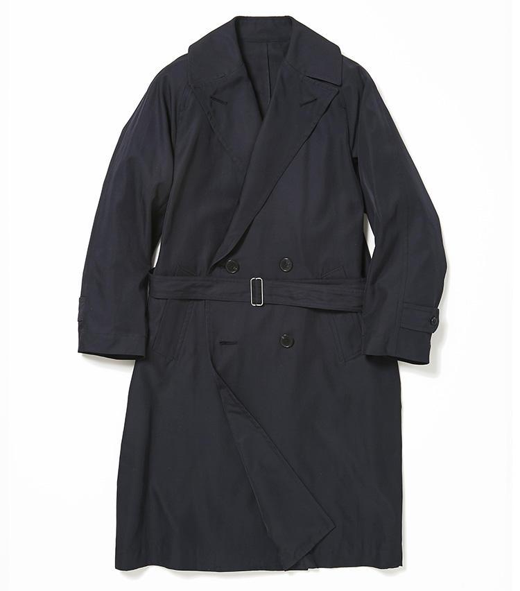 <b>5.バーニーズ ニューヨークの紺のスプリングコート</b><br />トレンチコートよりもシンプルなデザインと肩を動かしやすいラグランスリーブが、一度着たら手放せなくなるスプリングコート。上質なシルクコットンによる美しいドレープも、立ち姿を美しく演出。12万円(バーニーズ ニューヨーク カスタマーセンター)