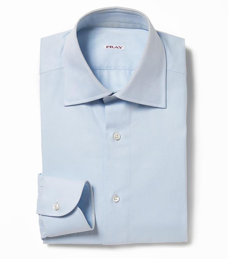 <b>6.フライのサックスブルーの無地シャツ</b><br />イタリアのシャツブランドにオーダーしたエクスクルーシブの襟型「タミジ」は、ネクタイを結んだときの収まりの良さに定評があり。淡く上品な発色、仕立ての良さは、シャツ一枚になっても気後れしない。4万3000円(バーニーズ ニューヨーク カスタマーセンター)