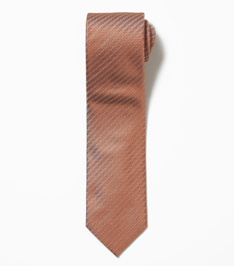 <b>10.フランコ ミヌッチのオレンジのヘリンボーンネクタイ</b><br />発色の良さとふわっとした結び目が評判のネクタイは、多くのリピーターを生み続けている。ヘリンボーン織りの生地がさりげないアクセントになり、モダンな雰囲気を楽しむことが出来る。上品な光沢を併せ持った大人な1本。1万9000円(バーニーズ ニューヨーク カスタマーセンター)