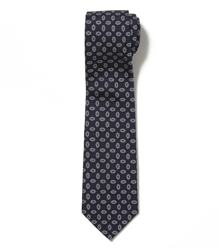<b>11.バーニーズ ニューヨークのマディソンの小紋柄ネクタイ</b><br />ハリ・コシのある英国ヴァナーズ社のシルクを採用。高級感のある白色の裏地を使用し、シンプルな小紋柄も、トレンドを問わず長く使い回せる。1万2000円(バーニーズ ニューヨーク カスタマーセンター)