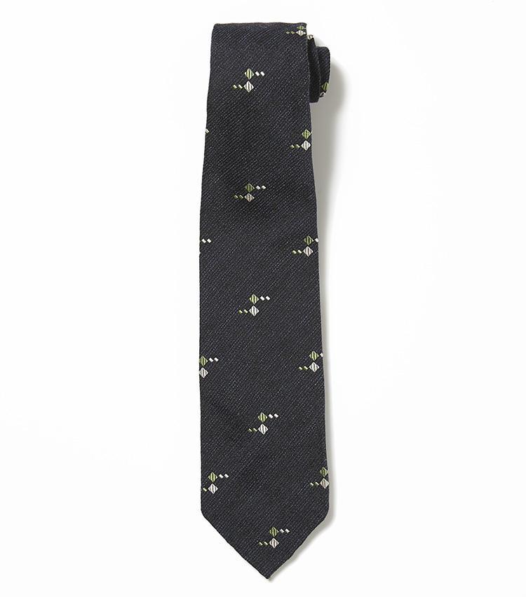 <b>12.フランコ ミヌッチの紺の小紋柄ネクタイ</b><br />生地を7つ折りにして膨らみをつくるセッテピエゲは、高級ネクタイの代名詞。かすれたメランジ調のネイビーに、ダイヤ柄を散りばめたネクタイ。シックでも印象的な柄はフランコ ミヌッチならではのセンス。2万5000円(バーニーズ ニューヨーク カスタマーセンター)