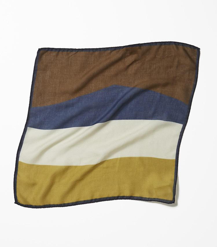 <b>15.バーニーズ ニューヨークのマルチカラーチーフ</b><br />14と同素材の色違い。茶、青、白、黄色で構成した1枚4役のお得なチーフ。挿し方によって印象を変えられる。6000円(バーニーズ ニューヨーク カスタマーセンター)