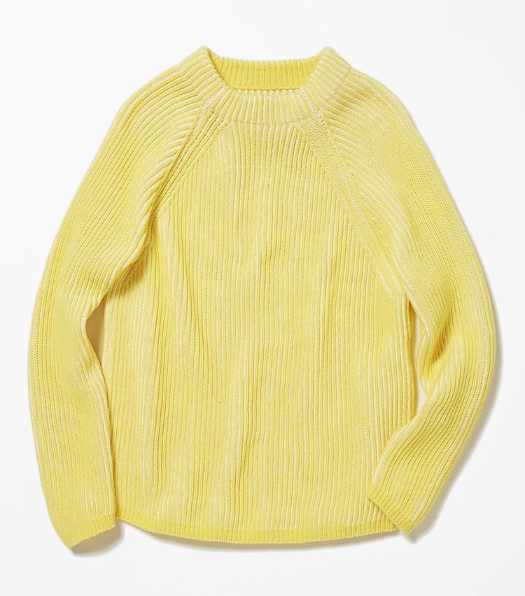 <b>16.バーニーズ ニューヨークのイエローニット</b><br />ローゲージニットの名手、山形の米富繊維にオーダーしたニットは、黄色地に白い裏糸が浮き出る両畦編みが爽やか。コットンメインの素材も春らしい。2万8000円(バーニーズ ニューヨーク カスタマーセンター)