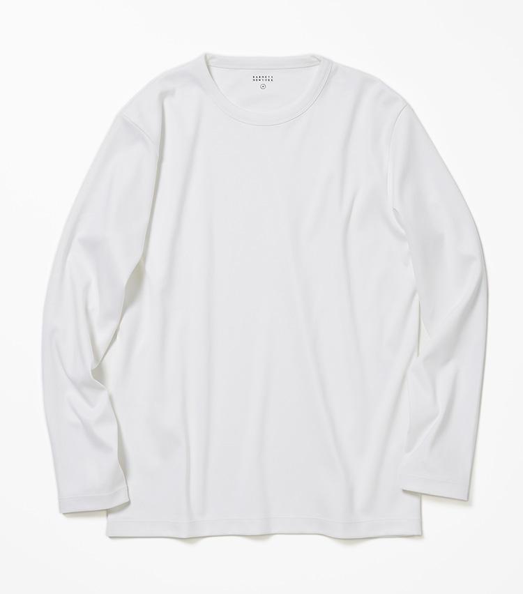 <b>17.バーニーズ ニューヨークの白無地カットソー</b><br />シャツ生地で知られるイタリア・アルビニ社の原綿を日本で紡績した、劣化に強い生地を使用。高級感のある艶めきと、一枚でも肌が透けにくい厚みは、これからの季節に重宝する。2万6000円(バーニーズ ニューヨーク カスタマーセンター)
