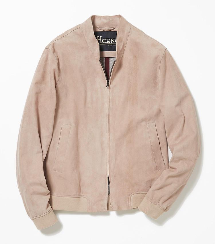 <b>18.ヘルノのピンクのスエードブルゾン</b><br />しっとり滑らかなゴートスエードのブルゾンは、バーニーズ ニューヨークのエクスクルーシブカラー。艶のある表革ブルゾンよりも大人っぽい印象に。布帛のパンツとも相性が良く、休日の羽織りものにうってつけ。12万7000円(バーニーズ ニューヨーク カスタマーセンター)